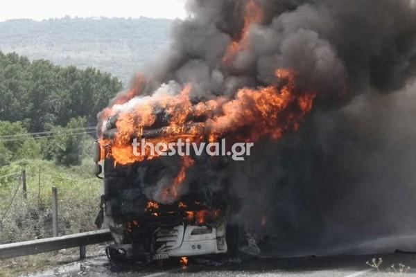 Βέροια: Νταλίκα τυλίχθηκε στις φλόγες στην Εγνατία - Τι κάνουμε σε φωτιά εν κινήσει