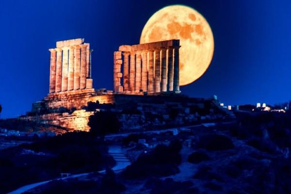 Πανσέληνος: Μαγικές εικόνες από το «Φεγγάρι της Φράουλας»