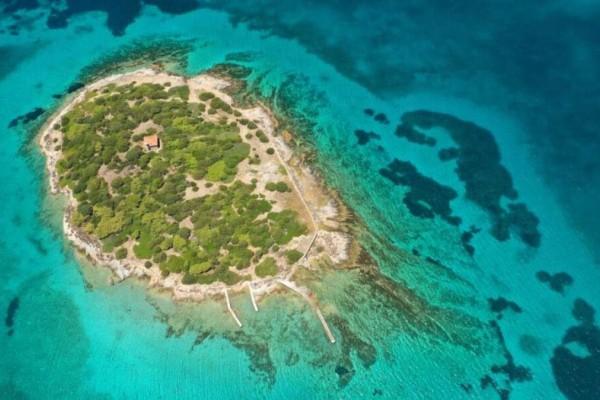 4+1 άγνωστα νησάκια με κρυστάλλινα νερά που θα σας εντυπωσιάσουν (Video)
