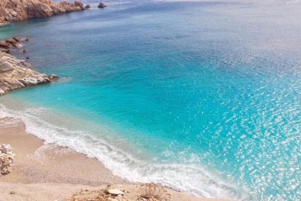 Σεϋχέλες: Η εξωτική παραλία της Ικαρίας με τα γαλάζια νερά, τη λευκή άμμο και τα επιβλητικά βράχια!