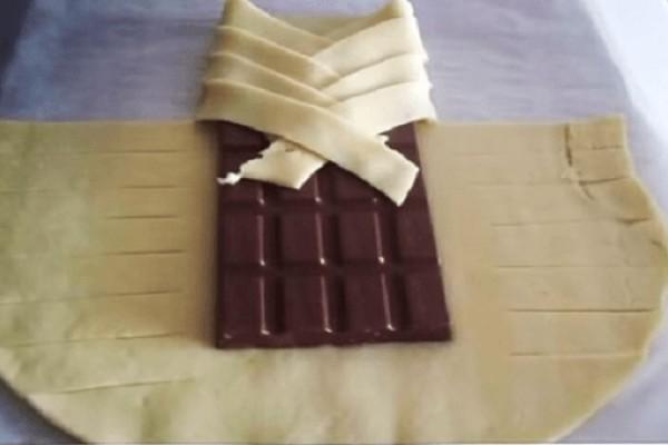 Πήρε μια ολόκληρη σοκολάτα και την τύλιξε με ζύμη! Το αποτέλεσμα; Αντίο Δίαιτα…