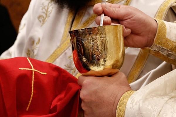 Ιερέας τέθηκε σε αργία από τον Μητροπολίτη Ιωαννίνων γιατί χρησιμοποίησε κουταλάκια μιας χρήσης στη Θεία Κοινωνία!