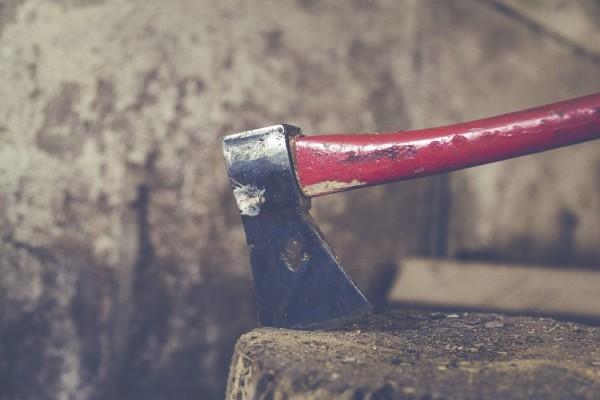 Τρόμος στον Βόλο: 61χρονος κυκλοφορεί ημίγυμνος με τσεκούρι και απειλεί!