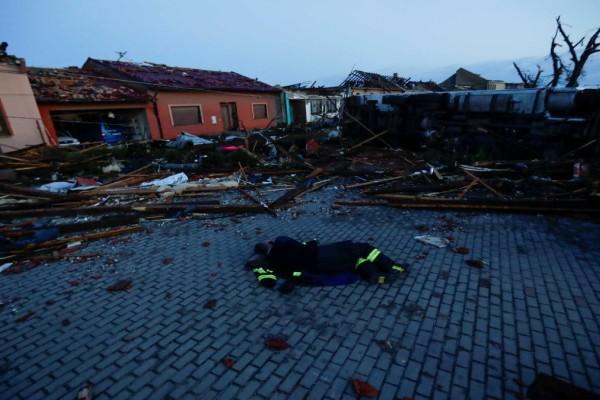 Τσεχία: Ανεμοστρόβιλος άφησε πίσω του νεκρούς και τραυματίες
