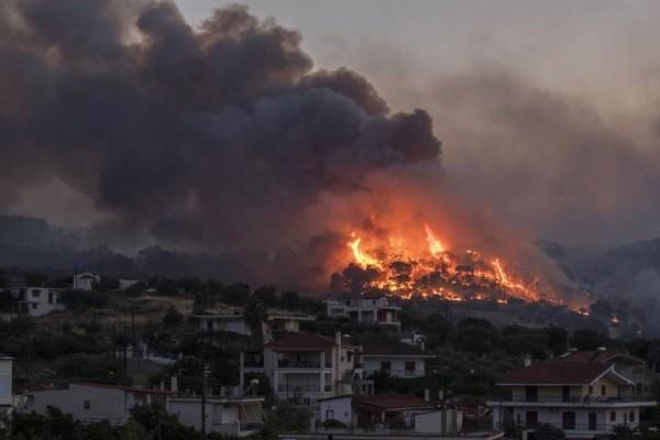 Πύρινη κόλαση στη Κόρινθο: Μαίνεται η μεγάλη φωτιά στο Καλέντζι - Ενισχύθηκαν οι πυροσβεστικές δυνάμεις