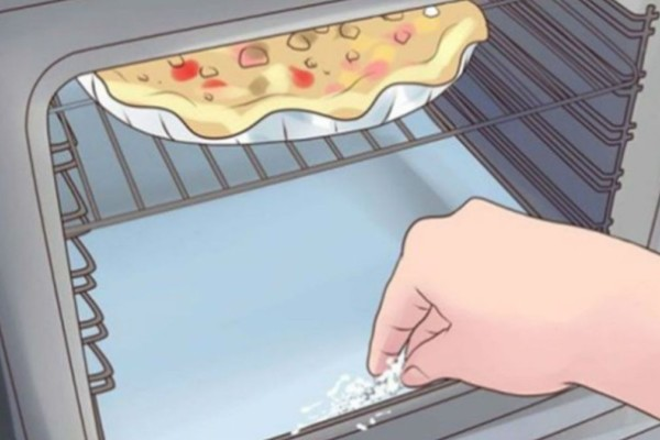 Κάντε το φούρνο σας να λάμψει χωρίς τρίψιμο με 3 υλικά που έχετε στο ντουλάπι σας