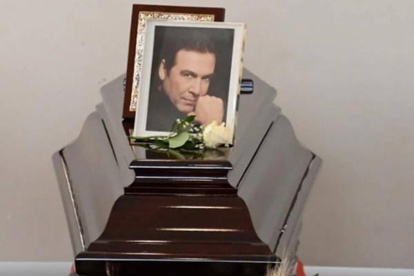 Θλίψη στη κηδεία του Τόλη Βοσκόπουλου: Έφτασε η σορός, οι πρώτες φωτογραφίες