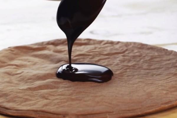 Όταν είδαμε να ρίχνει λιωμένη σοκολάτα πάνω σε ζύμη πίτσας, απορήσαμε. Όταν την έβγαλε απ'το φούρνο; Μας έτρεχαν τα σάλια!