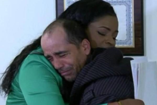 Άστεγος βρήκε 10.000$ και τα επέστρεψε στη γυναίκα που τα έχασε κι εκείνη του βρήκε για να τον ευχαριστήσει σπίτι και δουλειά
