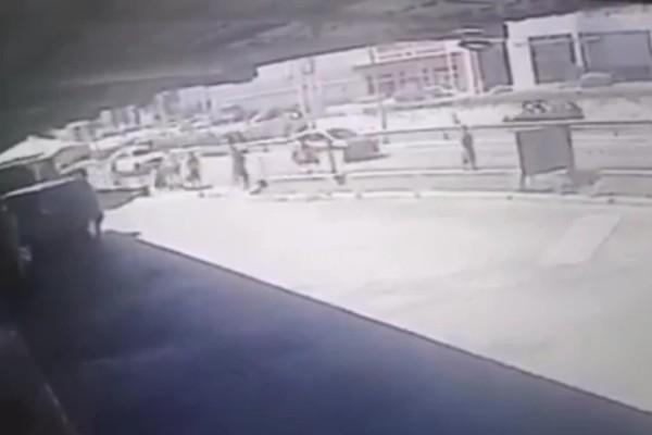 Άλιμος: Καρέ- καρέ η επίθεση με μαχαίρι σε ανήλικο (Βίντεο)