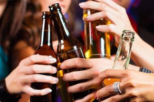 Στο νοσοκομείο 13χρονος από υπερβολική κατανάλωση αλκοόλ