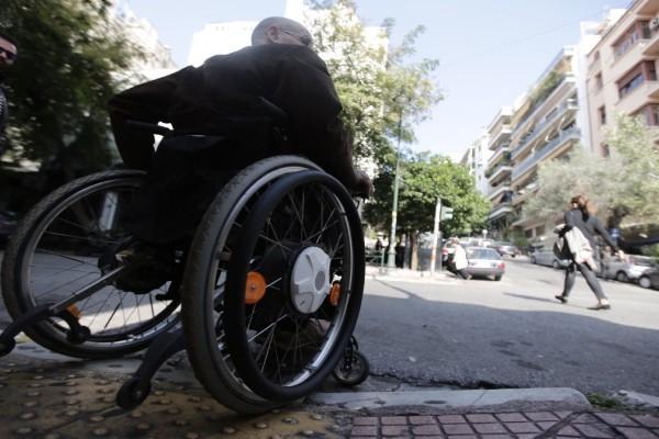 Μηχανή παρέσυρε γυναίκα σε αναπηρικό καροτσάκι - Πάγωσαν οι αυτόπτες μάρτυρες!