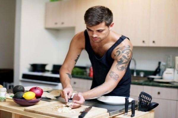 Οδηγός επιβίωσης στην κουζίνα: 4+1 εύκολες συνταγές για άντρες εργένηδες