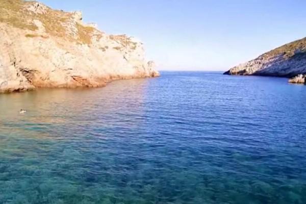 Αρμυρίχι: Η παραλία της Εύβοιας που θα σας εντυπωσιάσει με τα αιγαιοπελαγίτικα νερά και τους επιβλητικούς βράχους (Video)