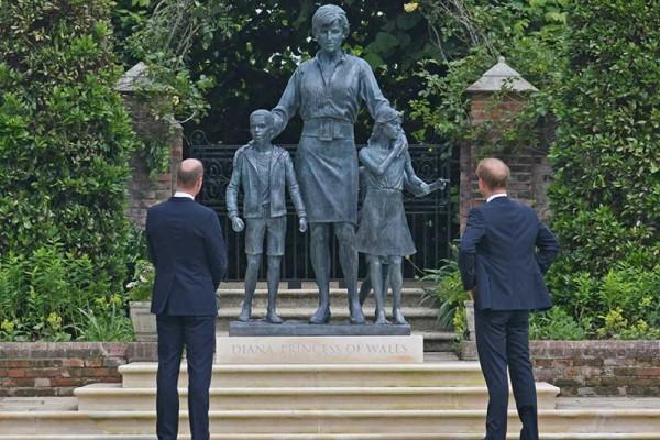 Αντιδράσεις έχει προκαλέσει το άγαλμα της Νταϊάνα - Γουίλιαμ και Χάρι έκαναν τα αποκαλυπτήρια στη μνήμη της μητέρας τους