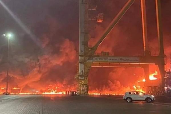 Ντουμπάι: Ισχυρή έκρηξη ταρακούνησε το λιμάνι Τζεμπέλ Αλί - Μεγάλη πυρκαγιά σε φορτηγό πλοίο (Βίντεο)