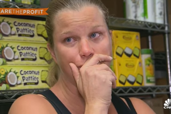Έγκυος κάνει 2 δουλειές για να ζήσει την οικογένειά της - Σπάραξε στο κλάμα με την κίνηση του αφεντικού της (Video)