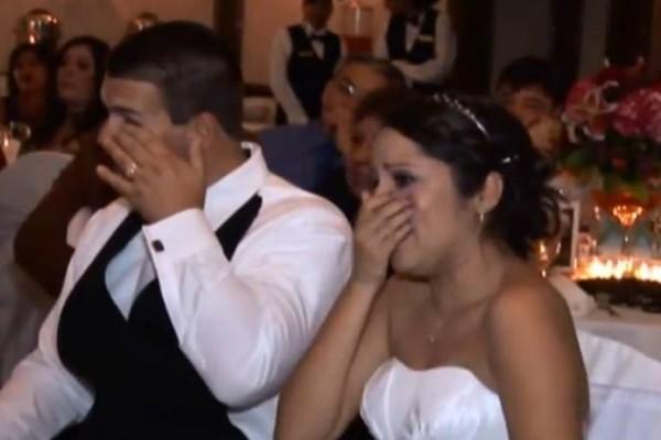 Όλοι περίμεναν ότι ο πατέρας θα έβγαζε λόγο για το γάμο της κόρης του. Όταν άνοιξε το στόμα του; Οι νεόνυμφοι ξέσπασαν σε λυγμούς!