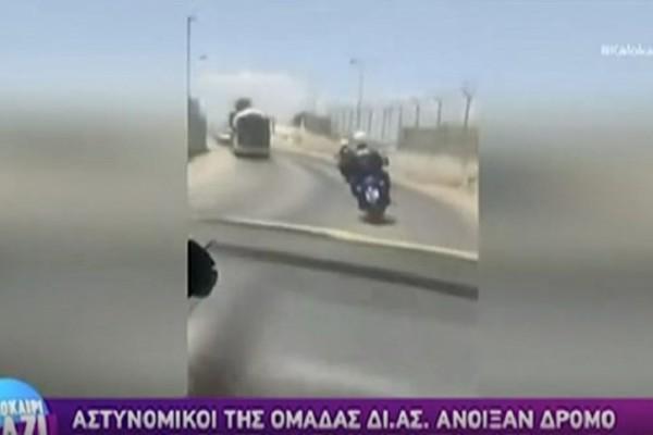 Άνδρες της ΔΙΑΣ άνοιξαν δρόμο για ετοιμόγεννη γυναίκα - ΒΙΝΤΕΟ από τη διαδρομή