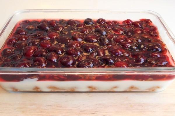 Ελαφρύ και δροσερό γιαουρτογλυκό με κεράσια που μοιάζει με cheesecake
