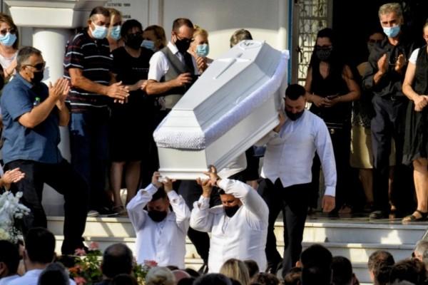 Έγκλημα στη Φολέγανδρο: Συγκλόνισε ο επικήδειος φίλης της Γαρυφαλλιάς: «Έριξες από τα βράχια όλη την οικογένειά της»