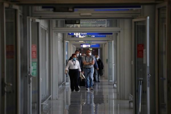 """Εμβολιασμένο ζευγάρι """"έφαγε πόρτα"""" σε αεροπλάνο επειδή έκανε το AstraZeneca της Ινδίας"""