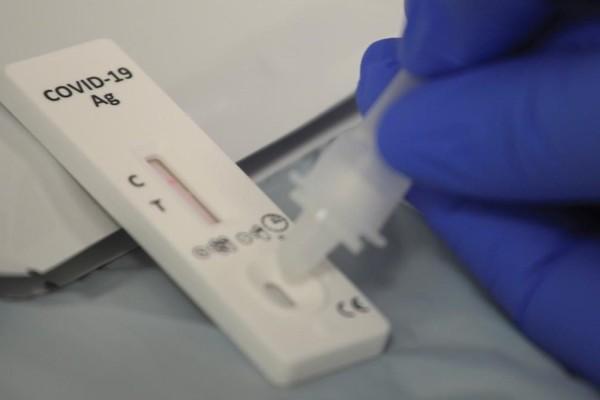 Ανατροπή με τα self tests: Συνεχίζεται η διάθεσή τους στα φαρμακεία - Πώς μπορείτε να... ξεσκεπάσετε όσους τα βγάζουν επίτηδες θετικά