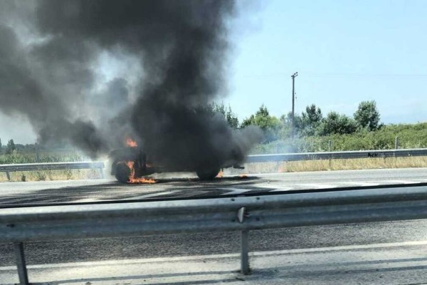 Συναγερμός στη Λάρισα: Αυτοκίνητο τυλίχθηκε στις φλόγες στην Εθνική οδό!