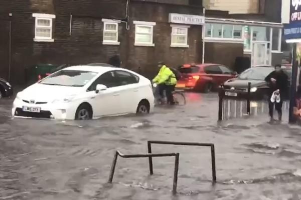 Βρετανία: Ποτάμια οι δρόμοι στο Λονδίνο - Σοκαριστικές εικόνες
