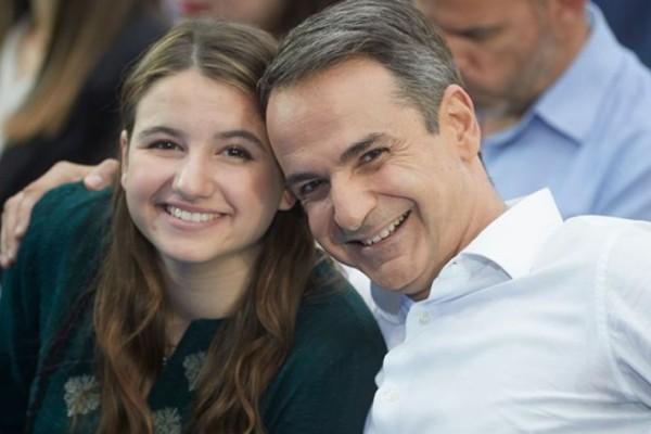 Μητσοτάκης: Φωτογραφίζεται με την κόρη του στην αποφοίτησή της