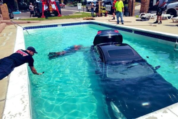 Υποψήφιος οδηγός μπέρδεψε το γκάζι με το φρένο και έριξε το αμάξι σε πισίνα