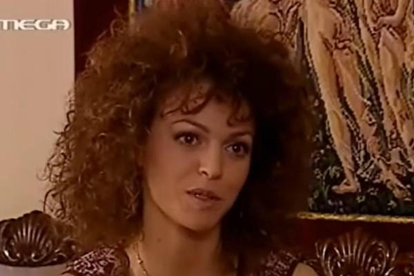 Αγνώριστη σήμερα η «κοντή» του «Παρά Πέντε»: Η «Γαρουφαλιά» είναι πιο «καυτή» από ποτέ
