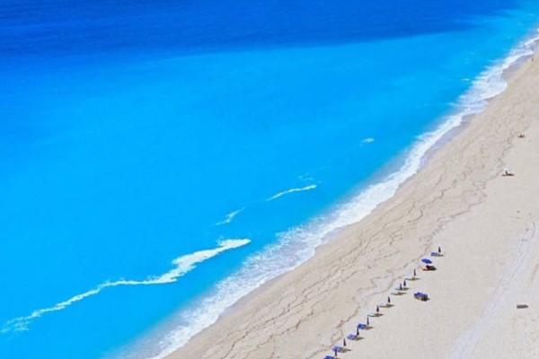 Κάθισμα Λευκάδας: Η παραλία με τα κρυστάλλινα νερά σε την ατελείωτη αμμουδιά