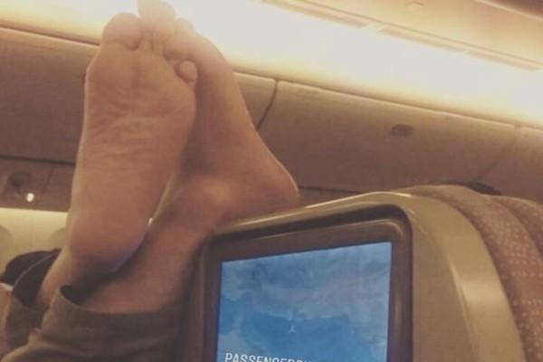Τι να κάνεις στο αεροπλάνο όταν κάποιος βάλει τα πόδια του στο κάθισμά σου