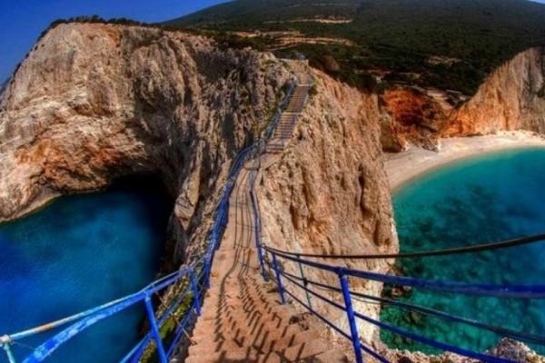 Πόρτο Κατσίκι: Η μαγική παραλία της Λευκάδας που για να φτάσεις πρέπει να κατέβεις 100 σκαλοπάτια