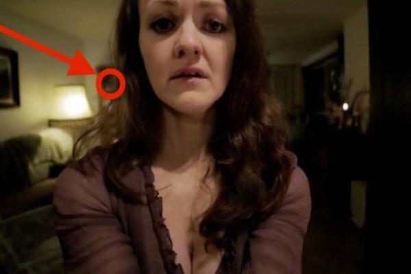 Ήθελε να στείλει μία προκλητική selfie στο αγόρι της. Μόλις είδε όμως ποιος κρυβόταν στο σαλόνι, της σηκώθηκε η τρίχα!
