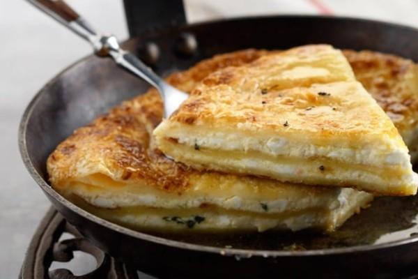 Λαχταριστή και εύκολη τυρόπιτα στο τηγάνι