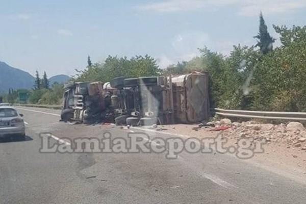 Σοκ στην Εθνική οδό: Ανατροπή νταλίκας και στο νοσοκομείο ο οδηγός