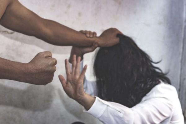 «Δεν είσαι μόνη»: Γραμμή βοήθειας 15900 για τη βία κατά των γυναικών