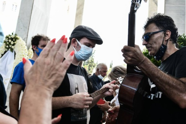 Υπέροχο: Αποχαιρετούν τον Τόλη Βοσκόπουλο με τραγούδια του