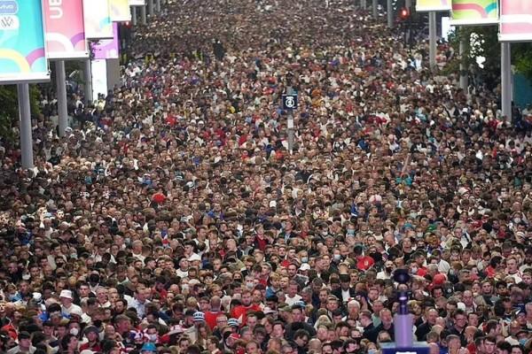 Συναγερμός στη Βρετανία: Ο συνωστισμός στο Γουέμπλεϊ μπορεί να προκαλέσει 100.000 κρούσματα Covid ημερησίως!