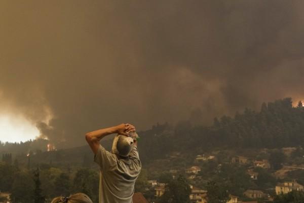 Φωτιά Εύβοια - Απελπισμένη φωνάζει: «Ένα αεροπλάνο καιγόμαστε» και ο αστυνομικός την ειρωνεύεται: «Θα το κάνουμε παραγγελία»
