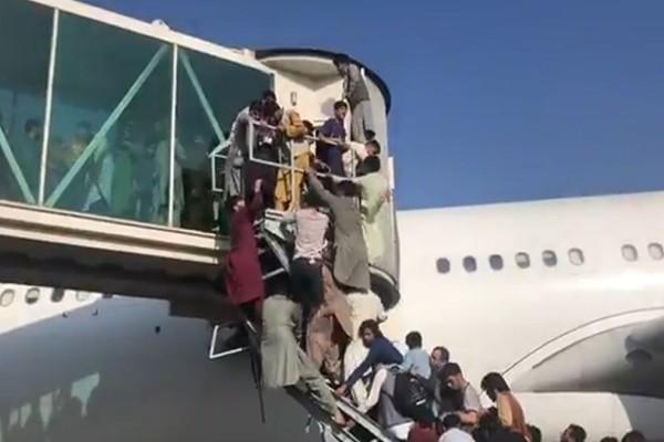 Αφγανιστάν: Πέντε νεκροί στο αεροδρόμιο της Καμπούλ - Χάος με πυροβολισμούς και ποδοπατήματα