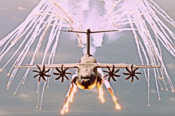 Καμπούλ: Στρατιωτικό αεροπλάνο πετάει «φωτοβολίδες» για να αποκρούσει τυχόν επίθεση τζιχαντιστών