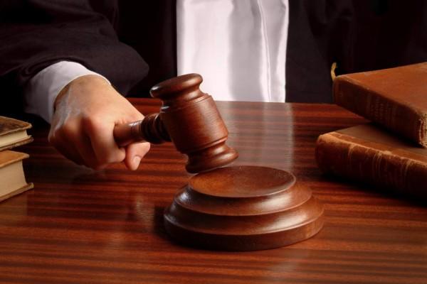 Απόφαση καταπέλτης: Δικαστής απαγόρευσε σε μητέρα να βλέπει το παιδί της, επειδή ήταν ανεμβολίαστη!