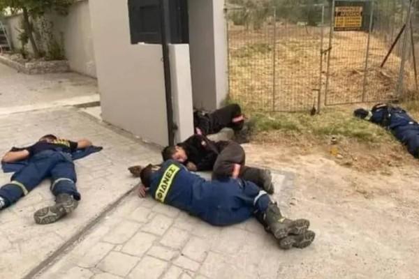 Viral φωτογραφία με πυροσβέστες στις Αφίδνες: Κοιμούνται στην άσφαλτο για να ξεκουραστούν
