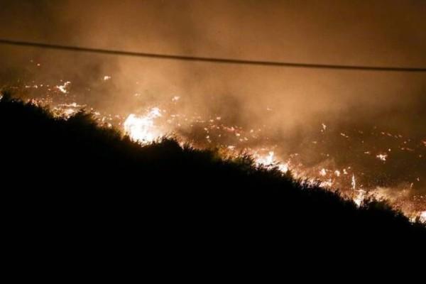Φωτιά στην Κερατέα: Καταγγελίες ότι ξεκίνησε από φωτοβολίδες