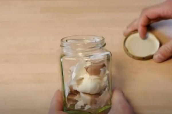 Βάζει ένα σκόρδο μέσα σε ένα βαζάκι και αρχίζει να το κουνάει - Το Αποτέλεσμα; Απίστευτο! (Video)
