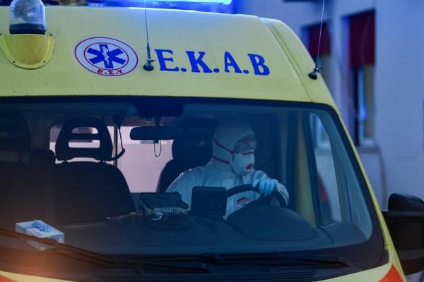 Θεσσαλονίκη: Μεθυσμένος άνδρας επιτέθηκε σε διασώστες του ΕΚΑΒ και έσπασε το ασθενοφόρο
