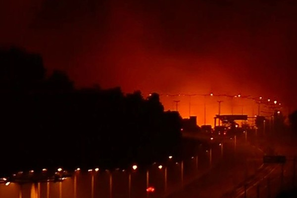 ΣΟΚ: Πέρασε η πυρκαγιά την Εθνική Οδό, κατευθύνεται προς Καπανδρίτι!